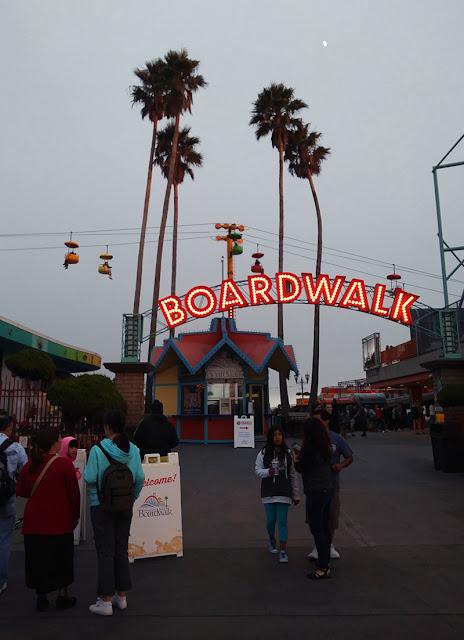 podświetlony napis Boardwalk po zmierzchu