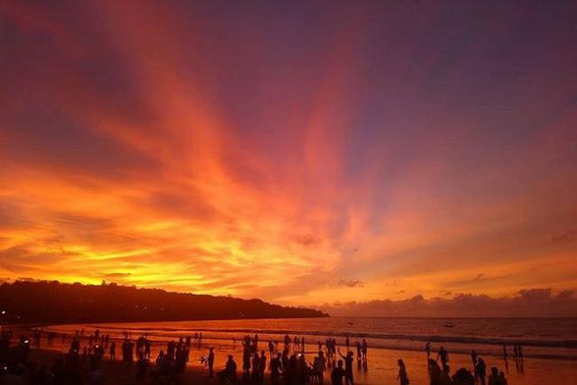Wisata Pantai Muaya Jimbaran di Kuta Selatan Badung Bali merupakan salah satu wisata yang berlokasi di Jalan Bukit Permai, Desa Jimbaran, Kecamatan Kuta Selatan, Kab. Badung, Bali, Indonesia. Wisata Pantai Muaya Jimbaran di Kuta Selatan Badung Bali adalah tempat wisata yang ramai dengan wisatawan di hari biasa maupun hari libur. Tempat Wisata Pantai Muaya Jimbaran di Kuta Selatan Badung Bali ini sangat indah dan bisa memberikan ketenangan jiwa dari pada di hari-hari anda sebelumnya.        Wisata Pantai Muaya Jimbaran di Kuta Selatan Badung Bali memiliki pesona keindahan yang sangat menarik untuk anda kunjungi. Sangat disayangkan apabila anda berada di Kuta Selatan namun tidak mengunjungi Wisata Pantai Muaya Jimbaran di Kuta Selatan Badung Bali yang memiliki pesona keindahan alami.    Wisata Pantai Muaya Jimbaran di Kuta Selatan Badung Bali sangat cocok untuk mengisi liburan anda, apalagi saat libur panjang seperti liburan nasional, atau libur yang lainnya. Keindahan Wisata Pantai Muaya Jimbaran di Kuta Selatan Badung Bali sangat bisa dinikmati dari dekat maupun kejauhan ketika anda berada di wisata tersebut.