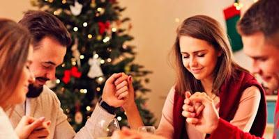 imagem de uma família rezando no natal
