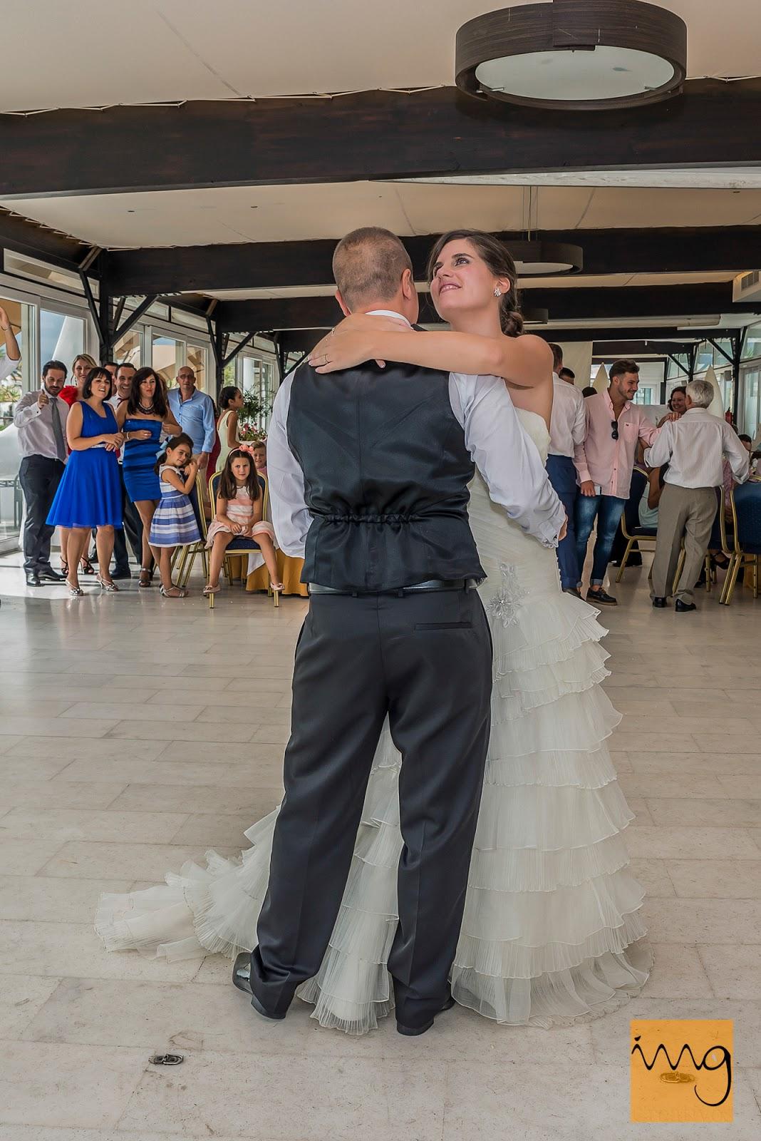 El baile de los novios en el restaurante