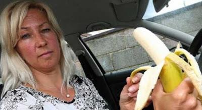 Bị phạt gần 5 triệu đồng vì ăn chuối trong lúc tắc đường