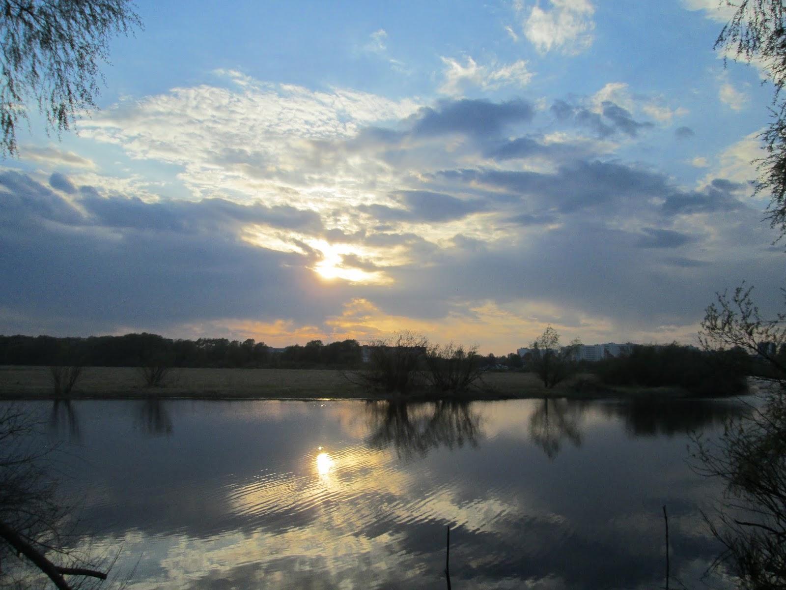 Приближающийся закат солнца над рекой