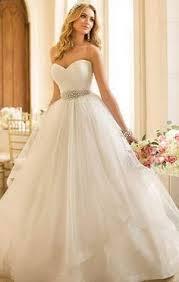 Vestido simples de noiva com saia rodada