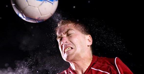 Bahaya Terlalu Sering Menyundul Bola