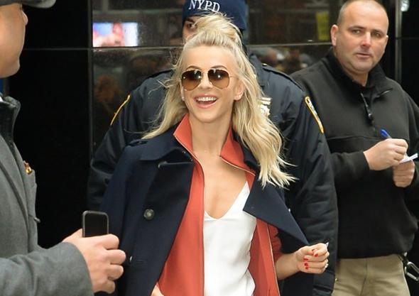 2017-01-04 ジュリアン・ハフ(Julianne Hough)ニューヨークにて、朝の情報番組『Good Morning America』に出演。