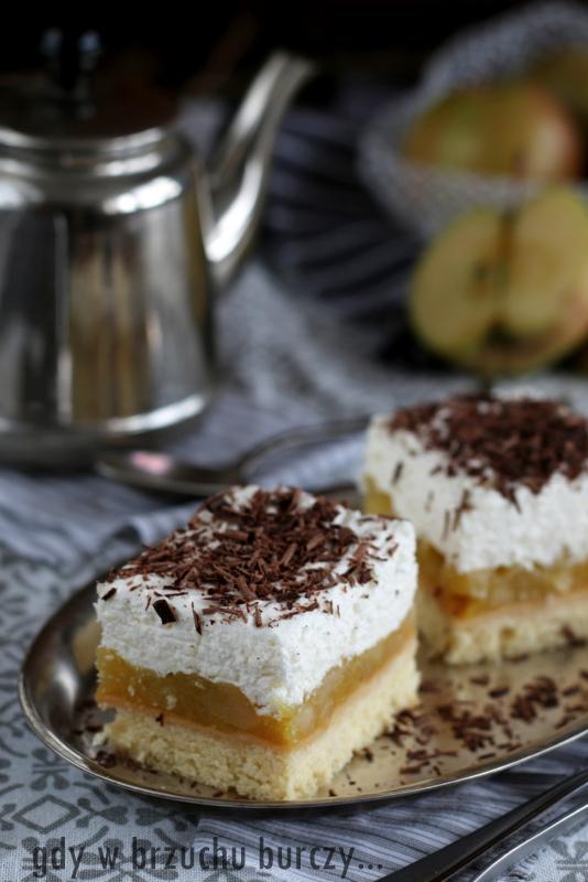 Ciasto jabłkowe z bitą śmietaną