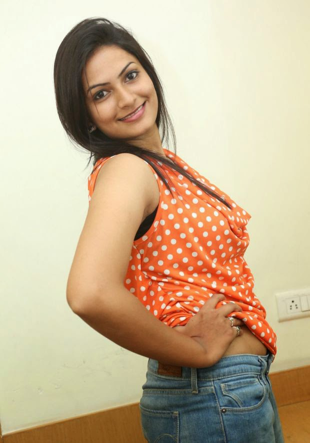 Hot Swetha Varma Deep Navel Exposing Latest Mallu Masla