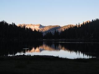 Abends am Ruby Lake mit Blick auf die Silver Divide