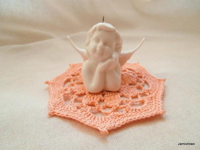 mała serwetka na szydełku i aniołek