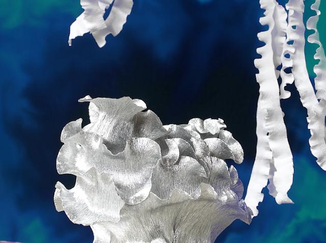 installazione di carta a tema marino: meduse luminose, lumache di mare