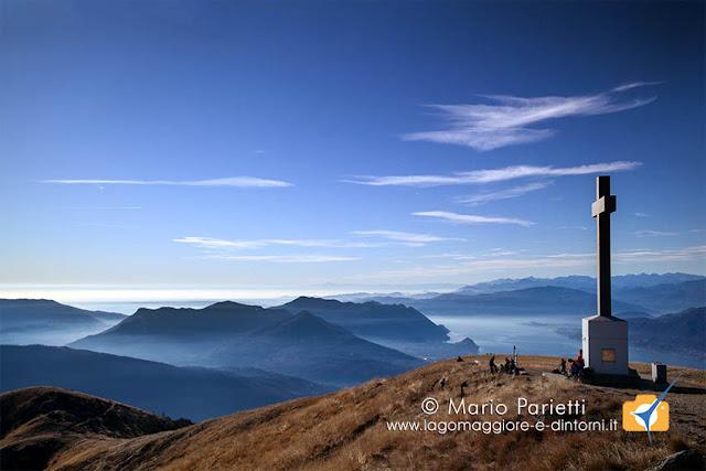 Panorama con la croce di vetta del monte Lema