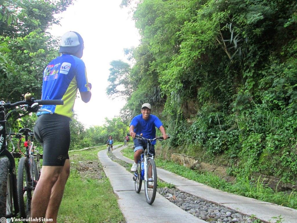 Berpapasan dengan pesepeda lainnya