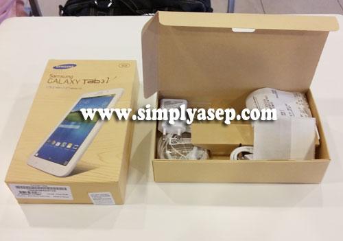 UNBOXING :  Begitu dibuka dari BOX nya, Samsung Galaxy Tab 3V ini terdapat charger, headset, dan tentu saja ada buku Manualnya.. Foto Asep Haryono/www.simplyasep.com