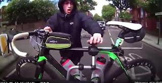 شاهد  بالفيديو  شاهد لص يحاول سرقة دراجة مثبتة على سيارة تتحرك على الطريق