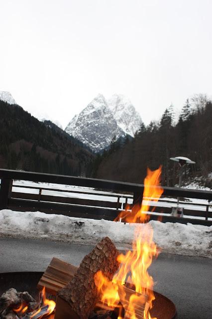 Feuer und Eis, Winterfeuer am See, Eisblau und Leuchtrot, Winterhochzeit in den Bergen von Bayern, Riessersee Hochzeitshotel Garmisch-Partenkirchen, Winter wedding in Bavaria, Germany
