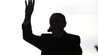 El Pais: «Σαν λεκές από μελάνι εξαπλώνεται η σκιά Ερντογάν στα Βαλκάνια»
