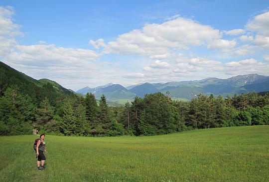 Z przełęczy Žiarce schodzimy do wioski Łysica (słow. Lysica).