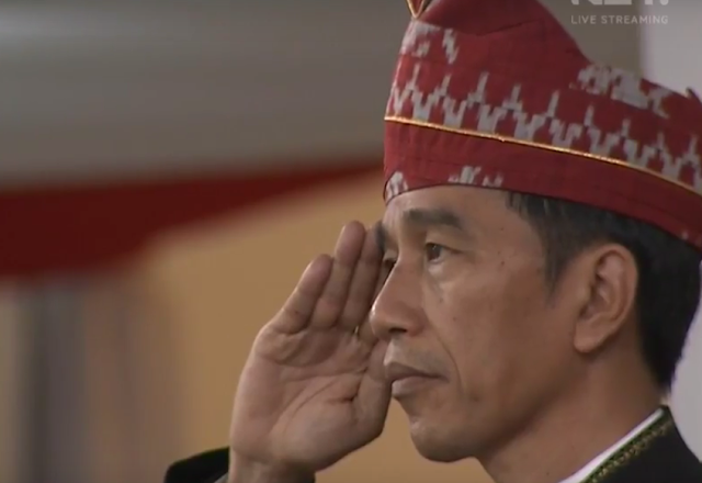 jokowi saat upacara penurunan bendera 2017