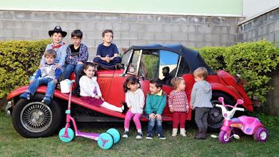 Nove crianças abancadas num velho MP Lafer: a semente para uma nova geração de entusiastas da marca.
