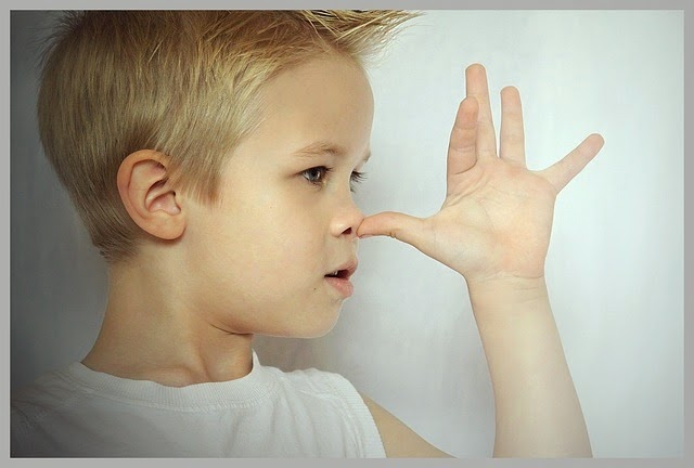 Kind macht lange Nase