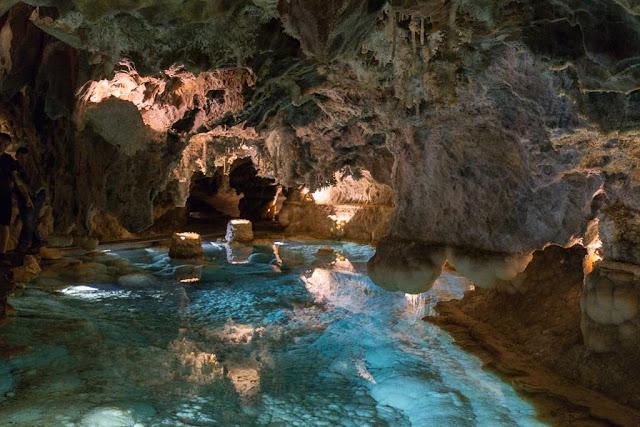 Agua turquesa en la gruta de las Maravillas, Aracena