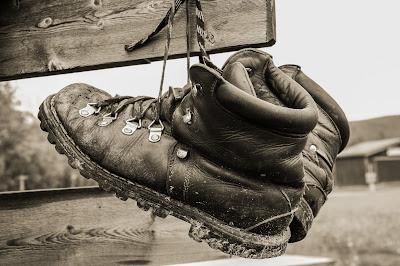 botas colgadas para secar
