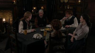 Cena familiar en el Cerro Fraser en el capitulo 4x09 de Outlander