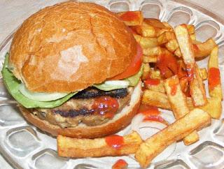 hamburger, hamburgeri, hamburgeri de casa cu cartofi prajiti si salata, sandwich, burger, cheeseburger, barbecue, fripturi, retete pentru gratar, retete, retete culinare, retete de mancare, fast food, reteta hamburger, retete hamburger, hamburgeri americani, hamburger american, gustari, retete straine, retete traditionale americane, mancare americana, hamburger de porc, hamburger de vita, hamburger de curcan, gratare, grill,