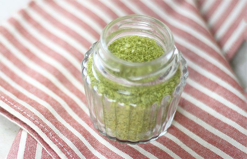 Um presente legal para dar de Dia das Mães: sal de ervas verdes!