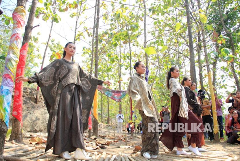 Poros pembangunan yang dilakukan pemerintahan Presiden Joko Widodo selama tiga tahun belak  Dana Desa untuk Bangun Wisata, Kenapa tidak?