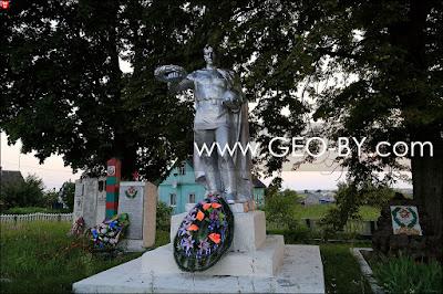 Тимковичи. Братская могила советских пограничников. Монумент