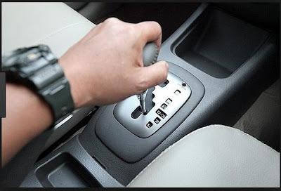 cara mengendarai mobil matic ditanjakan yang macet