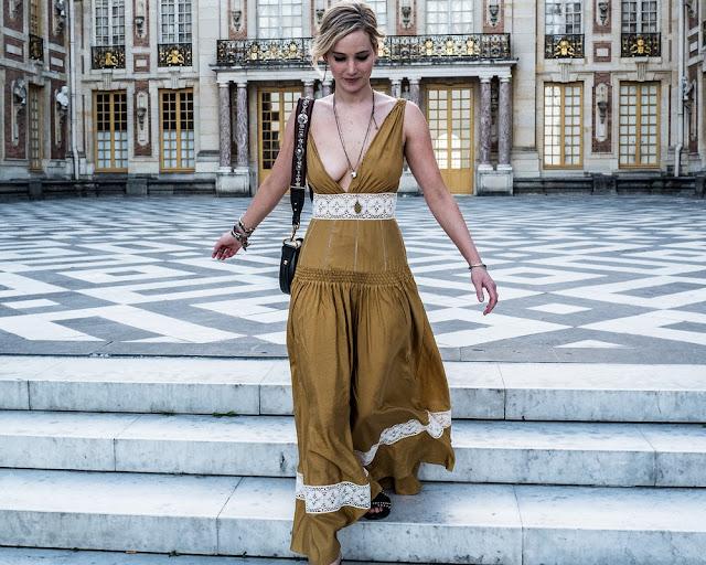 É bastante apropriado que Jennifer Lawrence esteja exibindo seu decote super quente, pois ambos representam perfeitamente a cultura francesa