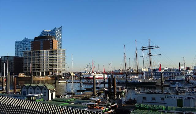 Hafen Hamburg am Baumwall mit Elbphilharmonie uns Schiffen