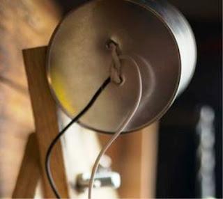 Kaleng dilubang untuk kabel dan lampu