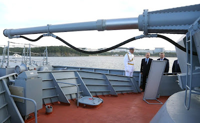 Vladimir Putin watching a BIG gun