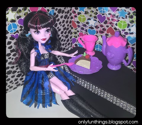 Draculaura's New Coffin/table!
