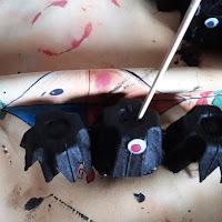 tuto pas à pas création bricolage enfant visuel chauve souris boite à oeuf yeux rouges
