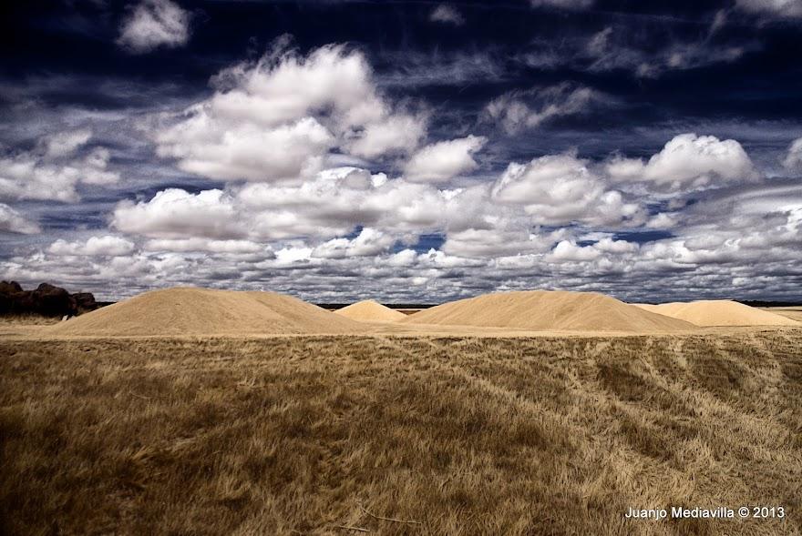 Montones de grano de cereal sobre las eras