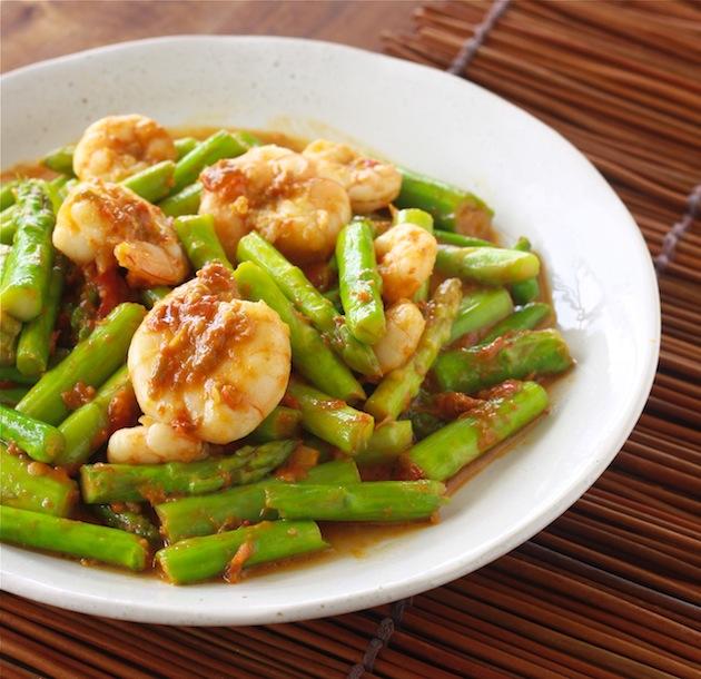 Sambal Asparagus recipe by SeasonWithSpice.com
