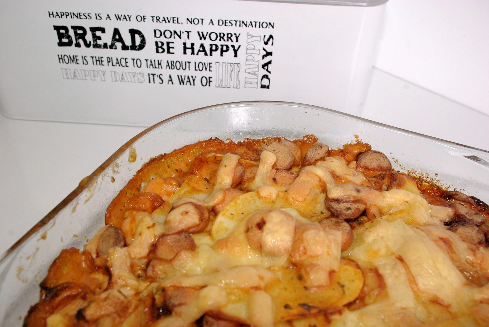 Szybka zapiekanka z ziemniakami i parówką.