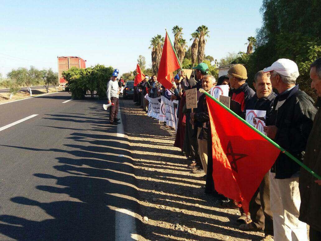 تارودانت.. عمال يخرجون للإحتجاج بعد توقف إحدى الشركات عن العمل بالكردان