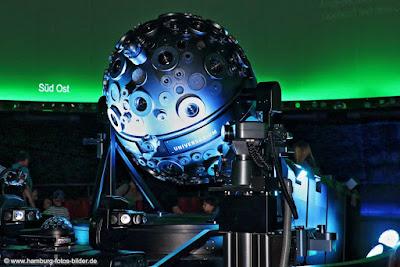 Vorführraum mit Projektor im Planetarium