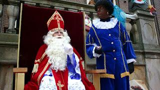 Sint op zijn troon en zwarte Piet er naast