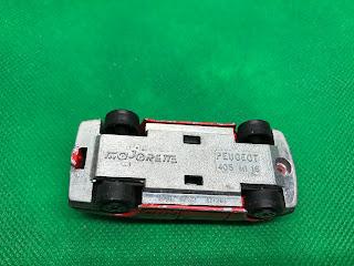 プジョー 405 MI 16 のおんぼろミニカーを底面から撮影