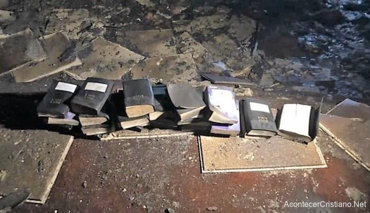 Biblias intactas rescatadas por bomberos