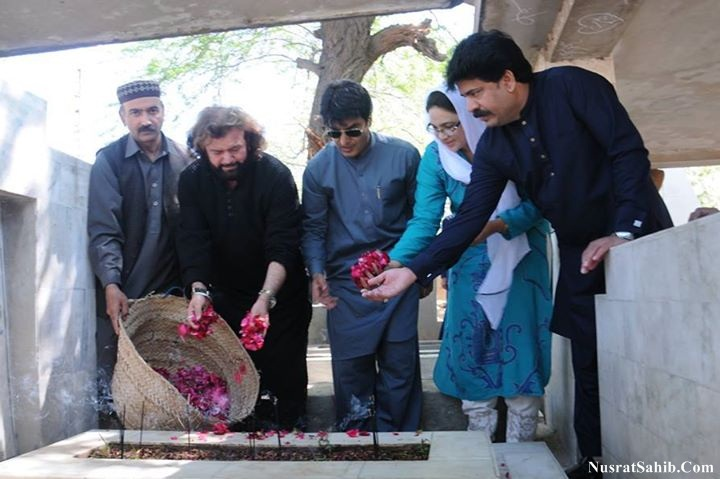 Mr. Hans Raj Hans visited the tomb of Nusrat Fateh Ali Khan yesterday, along with DCO Faisalabad, Mr. Noor-ul-Amin Mengal [NusratSahib.Com]