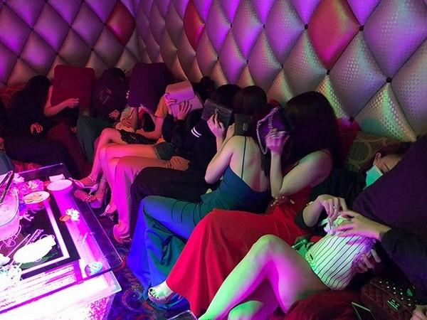 Gái  'karaoke ôm' vất dép bỏ chạy vào phòng bí mật trốn
