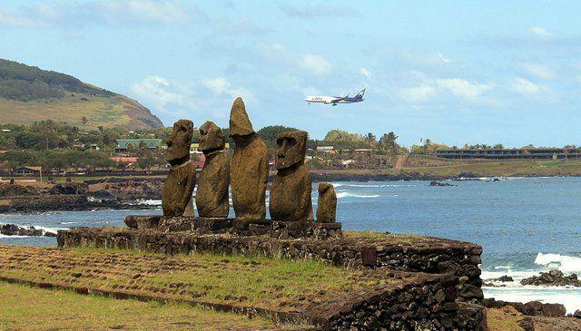 Moais e avião sobrevoando a Ilha de Páscoa