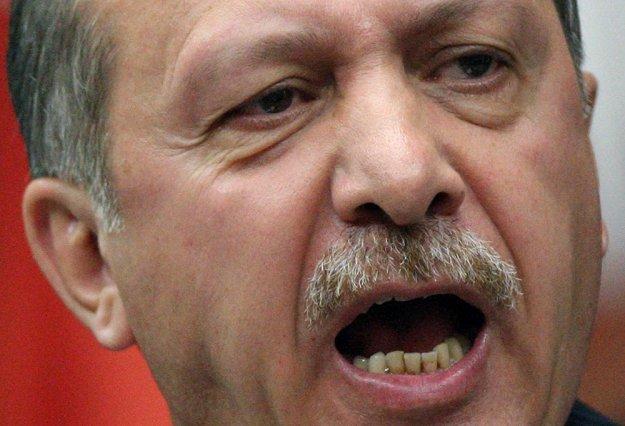 «Αγρίμι στο κλουβί» ο Ερντογάν, ψάχνει «εύκολα» θύματα